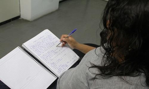 Mulher faz Enem para presos entra em curso superior durante condicional
