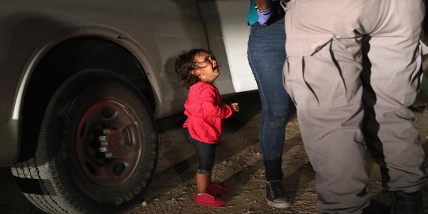 Crianças em jaulas choram pelos pais enquanto guardas dos EUA debocham