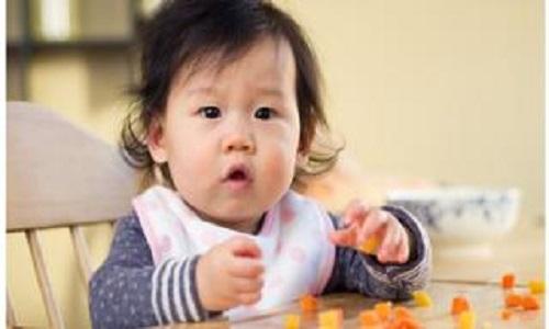 Bebês que comem alimentos sólidos dormem melhor