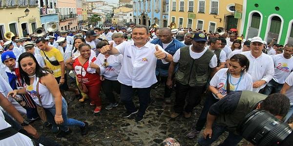 Cortejo do 2 de Julho encanta turistas pelas ruas de Salvador
