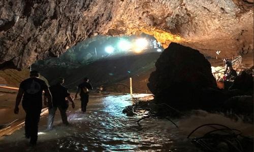 Doze meninos e o técnico são retirados da caverna após 3 dias de resgate