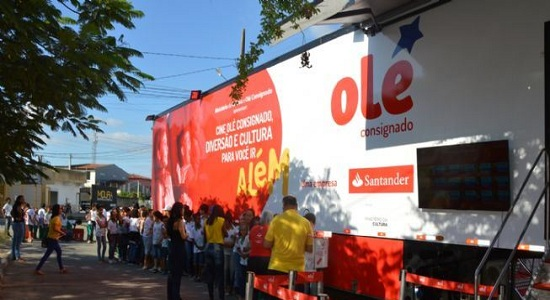 Cine Olé leva cinema a alunos de escola municipal em uma carreta