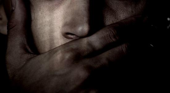 Filho estupra a própria mãe na frente da irmã de 11 anos
