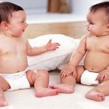 Conversar com bebês é a melhor maneira de incentivar desenvolvimento da linguagem