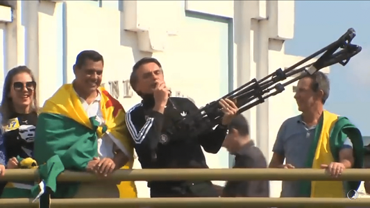 "BOLSONARO AVISA EM COMÍCIO: ""VAMOS FUZILAR PETISTAS"""