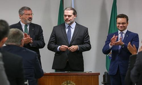 Toffoli, presidente em exercício, sanciona lei que torna crime importunação sexual