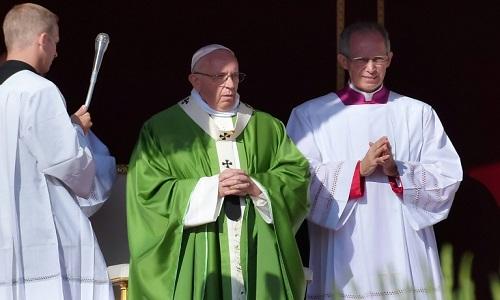 Papa Francisco pede transformação de uma igreja que se afasta dos jovens