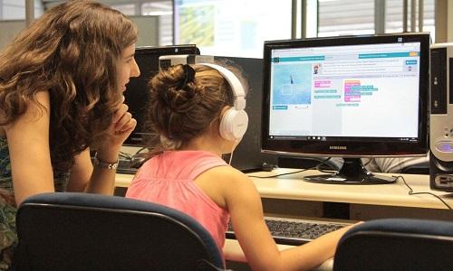 Quase um bilhão de meninas e jovens não têm acesso ao ensino de habilidades