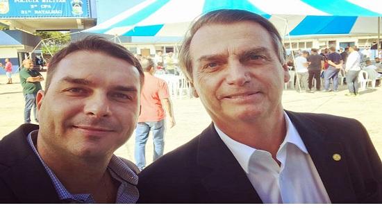 Filho de Bolsonaro é banido do WhatsApp