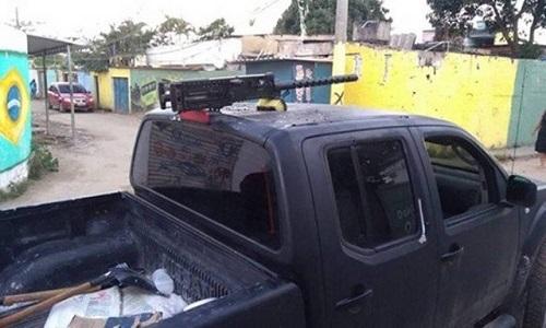 Milícia faz ronda e  cobra taxa a moradores de favelas invadidas