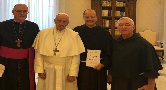 Papa se emociona ao conhecer projeto de navio hospital na Amazônia