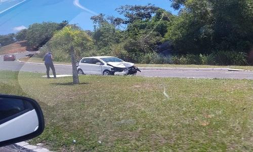 Dois homens é preso após roubar carro e capotar veículo