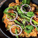 Quinoto de legumes com pesto de pimentão