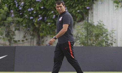 O técnico Carille tem retorno adiado ao Corinthians e o  preparador de goleiros é impedido