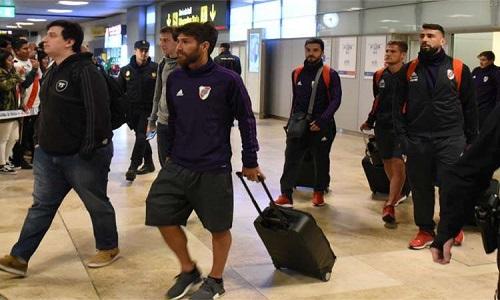 Recebidos por  muitos torcedores no aeroporto, o time  River está em Madri para final com o Boca