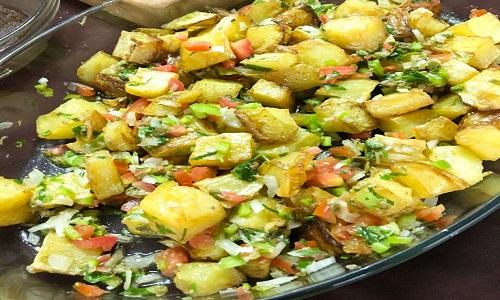 Batatas com salsa criolla e alcaparras