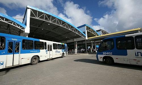 Homem foi baleado depois de reagir um assalto dentro de um  ônibus em Salvador