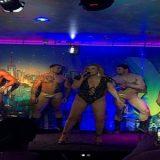 A cantora Rita Cadillac exibiu bumbum de fio dental em show