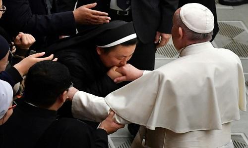 Admissão do papa dos  abusos de padres a freiras foi bem elogiada