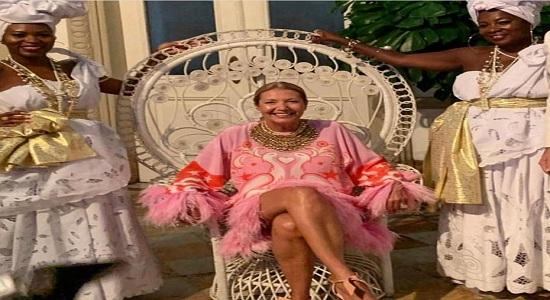 Donata esposa de Nizan Guanaes  comemora aniversário com negras vestidas de escravas
