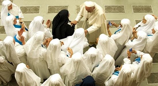 """Papa admite escândalo das """"freiras escravas sexuais"""""""