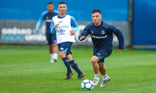 O volante Matheus Henrique desfalca o treino do Grêmio e Léo Moura voltou  a trabalhar com bola