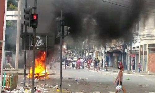 Uma Criança é morta a  tiros  na Zona Norte e moradores bloqueiam o trânsito em protesto