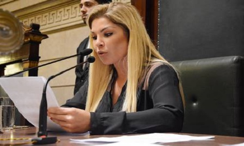 Vereadora Verônica Costa postou fotos de biquíni e chamou atenção das redes sociais