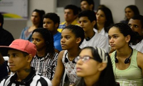 Jovens têm menos chance de contratação e mais de serem demitidos.