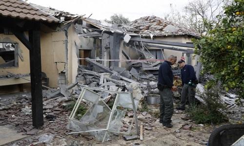 Foguete atinge casa em Tel Aviv, deixando feridos.