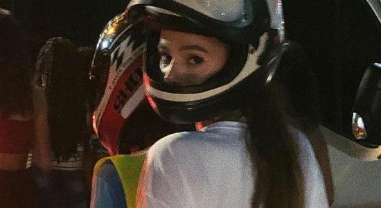 Bruna Marquezine usa mototáxi para ir da folia ao hotel