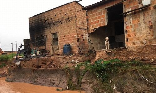 Chuva faz casas desabarem em Luís Eduardo Magalhães.
