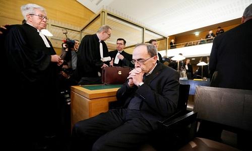 Cardeal francês é condenado por não denunciar abusos sexuais.