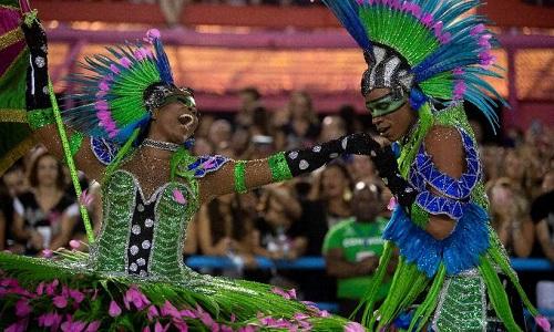 Entre emoção e técnica escolas de samba do Rio de Janeiro decidem título.