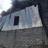 Incêndio atinge fábrica em Salvador.