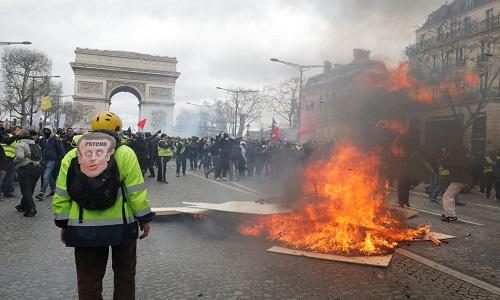 Coletes amarelos entram em confronto com a polícia em Paris