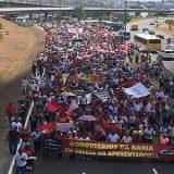 Grupo protesta contra a reforma da previdência em Salvador.