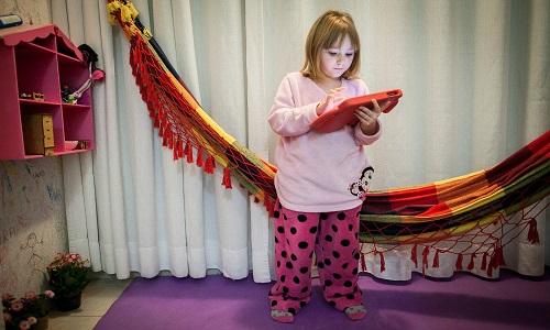 Crianças têm que se mexer mais e usar menos telas, recomenda OMS
