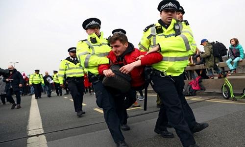 Polícia britânica prende 290 em dois dias de protestos contra mudanças climáticas