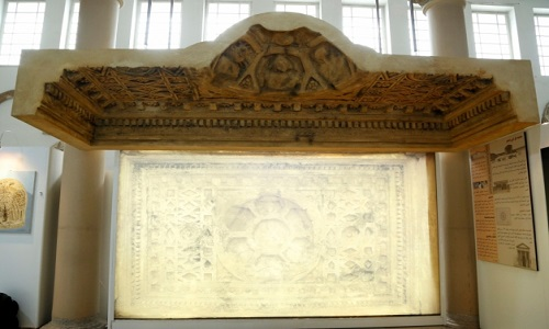 Réplica de parte de altar destruído de Palmira é revelada na Síria