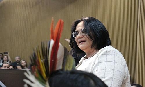 Damares diz que governo pedirá urgência na tramitação de projeto sobre ensino domiciliar