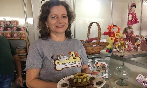 Empresária expõe petiscos, 'ovo de páscoa' e refeições de alimentos naturais para pets na Tecnoshow