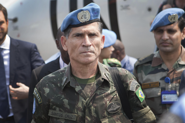 Bolsonaro mantém silêncio com ataque de Olavo de Carvalho a general
