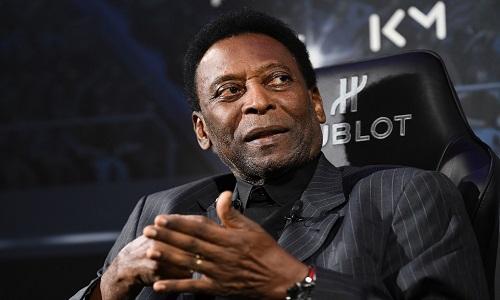 Pelé desembarca em São Paulo após cirurgia em Paris e é novamente internado.