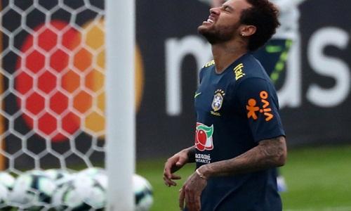 Neymar perde posto de capitão da seleção após soco em torcedor.