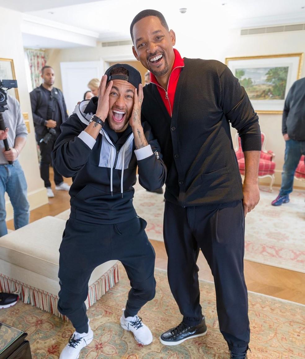 Neymar recebe visita de Will Smith durante divulgação do filme 'Aladdin' em Paris