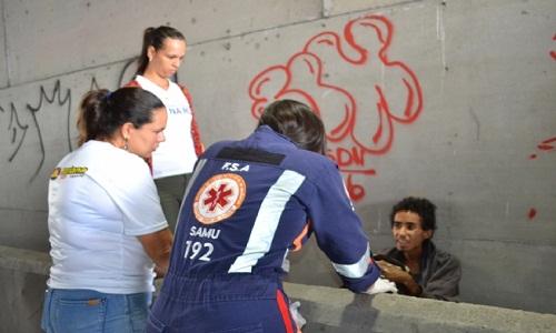 Profissionais de saúde fazem condução de morador de rua para abrigo