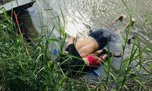 Papa Francisco se comove com foto de pai e filha mortos afogados