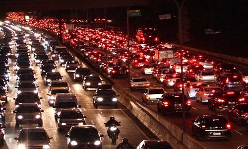 Em uma hora de trânsito em SP, população 'fuma' 5 cigarros, diz estudo