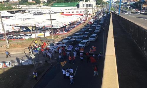 Grupos protestam em dia de mobilizações e fecham vias em Salvador